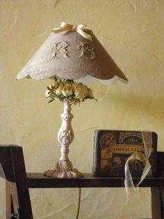 lampe de chevet - lampe de table - la maillade cadeau - Fait Maison Abbat Jour, Deco Luminaire, Nightstand Lamp, Let Your Light Shine, Dyi Crafts, Rose Cottage, Floral Fabric, Lampshades, Beautiful Babies