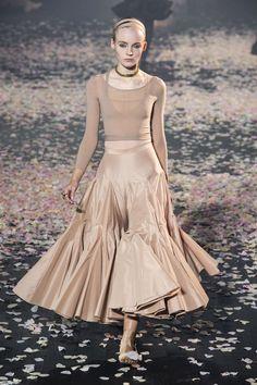 Christian Dior at Paris Fashion Week Spring 2019 - Runway Photos London Fashion Weeks, Fashion Week Paris, Spring Fashion, Autumn Fashion, Couture Mode, Style Couture, Couture Fashion, Runway Fashion, Womens Fashion