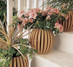 Woodworking Designs Shapely planter pot Woodworking Plan from WOOD Magazine - Transform ordinary plastic pots with these savvy surrounds into plant-pleasing planters. Essential Woodworking Tools, Antique Woodworking Tools, Small Woodworking Projects, Woodworking Logo, Woodworking Patterns, Woodworking Techniques, Woodworking Furniture, Fine Woodworking, Woodworking Crafts