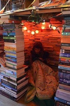 Bücher This tiny cozy reading nook is a fort made of books -- just be careful when selecting your ne