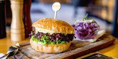 Konfitované kačacie stehná s kapustou a lokšami | Zlavomat.sk Hamburger, Ethnic Recipes, Food, Meal, Eten, Hamburgers, Meals