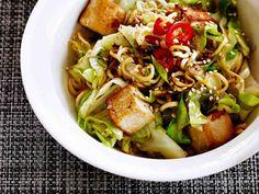 Tofu tuo ruokaisuutta kaalivokkiin. Mausta seesaminsiemenillä ja nauti sellaisenaan.