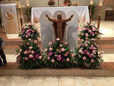 Valentine Flower Arrangements, White Flower Arrangements, Ikebana Flower Arrangement, Altar Flowers, Church Flowers, Church Altar Decorations, Church Interior Design, Catholic Altar, Contemporary Flower Arrangements