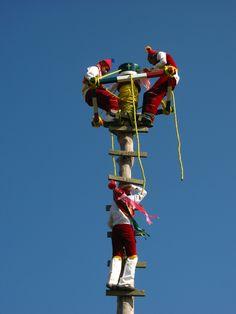 Niños voladores de Papantla en Cumbre Tajin, #Veracruz, México. Papantla fliying boys at Cumbre Tajin, Veracruz, Mexico. #Travel #Traditions