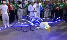 VÍDEO: Drone em formato de águia abre o desfile da Portela. http://glo.bo/1EiWPWF #CarnavalRJ