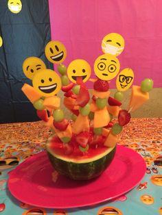 Brochetas de frutas con emojis