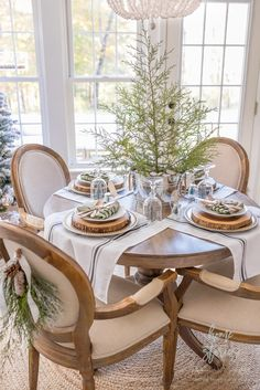 Tante S!fr@ loves this pin Simple Farmhouse Christmas Table: Tips on Creating an Adorable and Affordable Christmas Table Christmas Table Centerpieces, Christmas Table Settings, Christmas Tablescapes, Centerpiece Ideas, Homemade Centerpieces, Holiday Tables, Wedding Centerpieces, Wedding Table, Farmhouse Christmas Decor