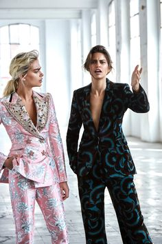 Rocio Ramos Captures Lady Bosses Lauren, Danika & Sveta For ELLE Russia September 2018 — Anne of Carversville Suit Fashion, Look Fashion, Runway Fashion, High Fashion, Fashion Outfits, Fashion Tips, Fashion Design, Ladies Fashion, Fashion Moda