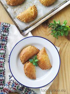 Εύκολα τυροπιτάκια κουρού και ιδέες για διάφορες γεμίσεις (νηστίσιμες και μη) Cheese Pies, Easy Cheese, Cornbread, Quiche, Ethnic Recipes, Junk Food, Millet Bread, Cheesecakes, Quiches