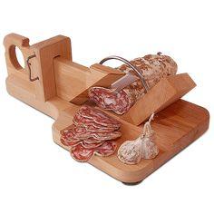 Als wir diese Wurst-Guillotine zum ersten Mal sahen, konnten wir nicht wirklich glauben, dass sie bei Hartwurst richtig funktioniert. Also haben wir Brot, Käse und Salami gekauft, eine gute Flasche französischen Rotwein geöffnet (einen...