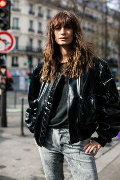 Les plus beaux cheveux bruns wavy frange des street looks de la Fashion Week de Paris : Caroline de Maigret