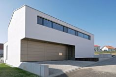 SONN | NEUMEISTER & PARINGER ARCHITEKTEN , Landshut / Architekten - BauNetz Architekten Profil | BauNetz-Architekten.de Bauhaus, Home Projects, Sweet Home, Garage Doors, Villa, Outdoor Decor, House, Inspiration, Design