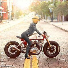Biker girl on Yamaha Cafe Racer Yamaha Cafe Racer, Cafe Bike, Cafe Racer Motorcycle, Motorcycle Design, Motorcycle Gear, Yamaha Virago, Moto Scrambler, Ducati, Honda Cb750