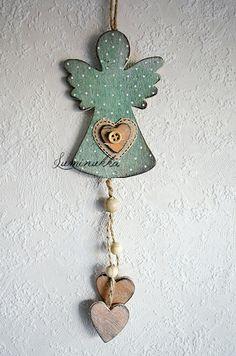 Antiikkivihreä, kaunis pieni puinen enkeli pilkkukoristein, kokonaispituus 30 cm // Antique green, beautiful small wooden angel with dots, total length 30 cm