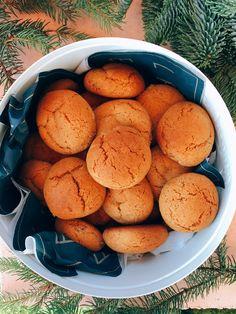 A puszedli legalább olyan népszerű téli süti, mint a mézeskalács. Sőt, éppenséggel kicsit még egyszerűbb is elkészíteni, hiszen nem kell szaggatgatni és díszítgetni sem. Felejtsétek el a bolti verziókat, hiszen itt van egy szuper mézes puszedli recept, ami azon felül, hogy sokáig eltartható, még tökéletesen puha is marad! :) Christmas Snacks, Xmas Food, Hungarian Recipes, Baking And Pastry, Winter Food, No Cook Meals, Sweet Recipes, Food Porn, Dessert Recipes