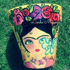 Maceta pintada a mano Frida Kahlo Painted Clay Pots, Painted Flower Pots, Painted Mason Jars, Mexican Flowers, Frida And Diego, Clay Pot Crafts, Ideias Diy, Mexican Art, Terracotta Pots