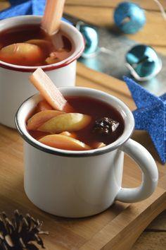 La bebida de ponche de frutas es una preparación tradicional en las fiestas navideñas. Perfecta para el frío de esa época. Tiene un sabor delicioso por las diferentes frutas que lleva, básicamente, es cortar la fruta y hervir la preparación.