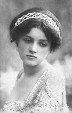 Gladys Cooper (1888-1971), English stage and movie actress, 1910