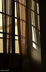 Interpretazione libera (Robi Cere (no todos los das)) Tags: muro window wall reflections ventana ombre finestra sole parete colori riflessi luce fenetre ingresso tende