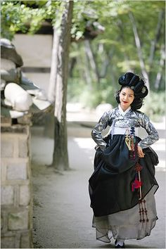 Hwang Jin Yi (황진이) Ha Ji Won stars as the legendary poet, musician, dancer, and gisaeng from the Joseon Era in beautiful Korean Hanbok Korean Hanbok, Korean Dress, Korean Outfits, Korean Traditional Dress, Traditional Fashion, Traditional Dresses, Korean Fashion Trends, Asian Fashion, Korean Beauty