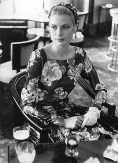 1955 - Grace Kelly waiting to meet Prince Rainier                                                                                                                                                      Mais