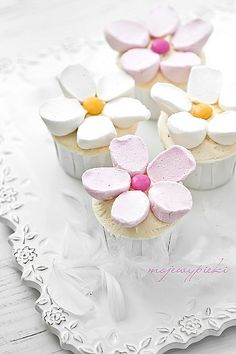 marshmallow flowers even better with and Garden Birthday, Tea Party Birthday, Flower Birthday, Marshmallow Flowers, Cupcake Boutique, Japanese Party, Flower Cupcakes, Party Food And Drinks, Mad Hatter Tea