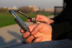 """Segundo pesquisa da Febraban - Federação Brasileira de Bancos -, o volume de transações bancárias feitas por meio de smartphones e tablets cresceu 50% em 2011 comparado a 2010 - mais de 3 milhões de correntistas acessaram este tipo de serviço, conhecido como """"Mobile Banking"""". Na INFO Online ♦  http://cliplink.com.br/6544"""