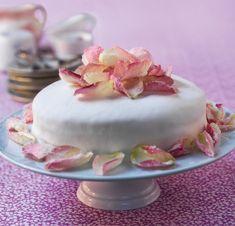 Tryllebind dine gæster med denne lækre lagkage, der er overtrukket med marshmallowfondant. Du får opskriften lige her!