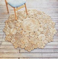Mano había tejida la alfombra de sisal con patrón circular redondo que ataca un aspecto natural y versátil que mezcla sin esfuerzo en cualquier tipo de ambiente interior. Ideal para habitación infantil, dormitorio o cualquier tipo de ambiente interior o exterior. Dimensiones: 150cm de