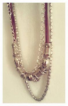 Collar largo cordón satinado marsala, cadenas y accesorios en plateado Diy Necklace Designs, Li Lo, Bohemian Gypsy, Boho, Beaded Jewelry, Jewelry Necklaces, Diy Accessories, Chainmaille, Veronica