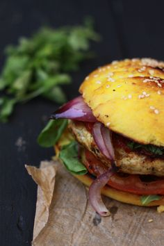 Tomato chutney curry chicken burger w/ red onion. Burger Mania, Burger Co, Burger And Fries, Good Burger, Cas, Great Recipes, Healthy Recipes, Gula, Indian Food Recipes