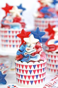 Red White and Blue Cupcakes. Red White and Blue Cupcakes are perfect for the Fourth of July! Moist red velvet cakes are topped with beautiful ruffles of frosting. Red Velvet Cupcakes, Velvet Cake, Blue Candy Apples, Finger Jello, Strawberry French Toast, Delicious Desserts, Dessert Recipes, New Year's Cake, 4th Of July Desserts