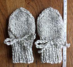 ex perfecto nihil fit: Babyvantar DIY Baby Cardigan Knitting Pattern Free, Mittens Pattern, Baby Knitting Patterns, Crochet Patterns, Knit Baby Dress, Knit Baby Booties, Baby Barn, Easy Knitting Projects, Baby Mittens