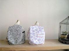 おいでやす。さだきちです。今日は無料型紙、記念すべき公開第1号ベビーリュックのつくり方をご紹介します。型紙はさだきちのHP「てしごと屋ロングテール」にて公... Backpack Pattern, Pouch Pattern, Baby Crafts, Diy And Crafts, Baby Boots, Cool Baby Stuff, Handmade Baby, Handicraft, Baby Items