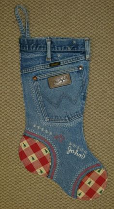 Easy DIY Stocking Ideas Denim Christmas Stockings - Repurpose old jeans for this sewn Christmas stocking pattern. Love this idea!Denim Christmas Stockings - Repurpose old jeans for this sewn Christmas stocking pattern. Love this idea! Christmas Projects, Holiday Crafts, Christmas Crafts, Christmas Ornaments, Christmas Sock, Christmas Countdown, Burlap Christmas, Christmas Sewing, Christmas Morning