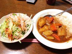 う…美味しかったけど食べ過ぎた… - 53件のもぐもぐ - チキンカレーとリンゴサラダ by am18