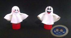 Dica para o Halloween  Fizemos esses tubetes de fantasminha com o biscuit imitando lençol. Ficou muito fofo e vai encantar a criançada. #porcelanafria #biscuit #enfeite #polimerclay #coldporcelain #feitoamao #makeathome #artesanato #decoração #halloween #ghost #treatortrick #docesoutravessura