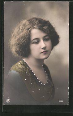 old postcard: Foto-AK NPG NR 2500: Porträt einer jungen Frau