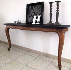 Sur cette console, l'aspect ciré de la table coupée est conservé seul le plateau est peint en soir satin pour lui donner un coup de jeune.                                                                                                                                                                                 Plus