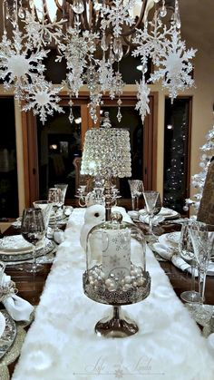 White christmas decor ideas that looks soft and elegant. Check out best White Christmas decorating ideas and surprise everyone with a great christmas decor. Silver Christmas Decorations, Christmas Table Settings, Christmas Tablescapes, Christmas Centerpieces, Gold Christmas, Simple Christmas, Christmas Home, Christmas Holidays, Holiday Tablescape