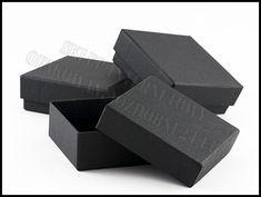 Ręcznie wykonane pudełka ozdobne. Czarne pudełka zostały profesjonalnie oklejone z dużą dbałością o każdy szczegół. W ofercie opakowania ozdobne w różnych rozmiarach i kolorach.
