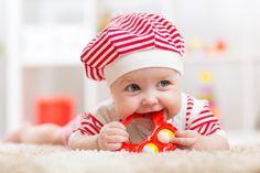 So fördern Sie die Sprachentwicklung von Kleinstkindern - Sprechen lernen, das erste Wort von sich geben – neben den ersten Schritten ein Meilenstein in der Entwicklung eines Kindes. Dabei beginnt die Sprachentwicklung schon viel früher: Bereits vor der Geburt nimmt das Kind im Mutterleib Geräusche und Stimmen wahr und reagiert darauf mit Bewegungen.