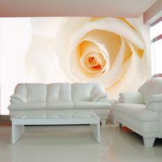 Kremowa róża na fototapecie jako nienachalna ozdoba salonu.