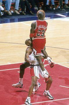 Michael Jordan Unc, Michael Jordan Pictures, Jeffrey Jordan, Michael Jordan Basketball, Jordan 23, Bulls Basketball, Basketball Legends, Basketball Players, Chicago Bulls