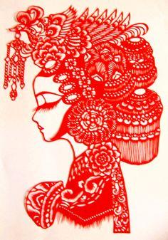 """Arte chino en papel, Jianzhi """"Novia tradicional china"""", de perfil.  El arte tradicional chino del Jianzhi es uno de los artes tradicionales chinos más antiguos. El origen del arte Jianzhi se remonta a la dinastía Han (202a.C--220d.C), de manera estrechamente ligada al avance de la fabricación de papel.    Este arte se realiza de manera totalmente artesanal, requiriendo un trabajo complejo y larguísimo utilizando como herramientas solamente tijeras y cuchillo, por artesanos chinos."""