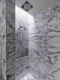 Modern bathrooms by b.e...