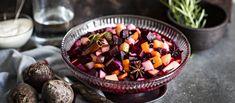 Rosolli valmistetaan nyt pikkelöitynä. Maukas liemi antaa tutuillekin raaka-aineille uusia makuja ja ihanan rapsakan suutuntuman. Noin 1,10€/annos* Acai Bowl, Salads, Breakfast, Food, Holiday, Christmas, Acai Berry Bowl, Morning Coffee, Xmas