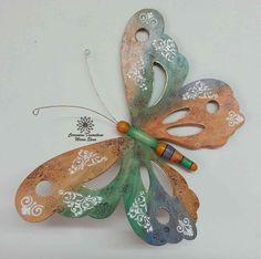Mariposa en madera Wood Ornaments, Christmas Ornaments, Wood Crafts, Diy And Crafts, Origami, Pintura Country, Glass Coasters, Mandala, Scroll Saw