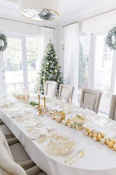 Gold Holiday Tablescape ---------------------------------------------------------------I am so excited to kick off another wonderful Holiday season with today's gor Xmas Table Decorations, Gold Christmas Decorations, Christmas Tablescapes, Holiday Tablescape, Holiday Decor, Christmas Dining Table, Christmas Table Settings, Fashionable Hostess, Xmas Dinner