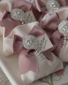 These pretty favour pouches can be made in various colours and decor. Please dm/whatsApp or email for more information. Wedding Gift Boxes, Wedding Gifts For Guests, Personalized Wedding Gifts, Wedding Favours, Diy Wedding, Party Favors, Diy Favours, Wedding Favour Pouches, Decorated Gift Bags